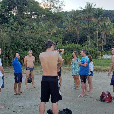 Atletas antes de embarcarem para a ilha