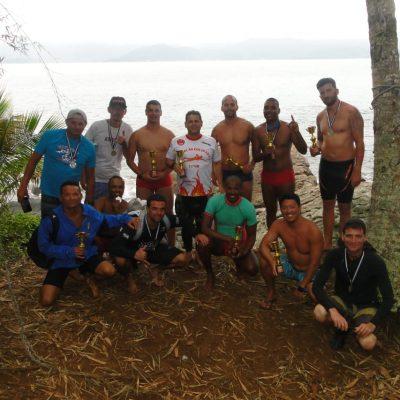 Atletas e apoiadores da Primeira Travessia Ilha Montão de Trigo